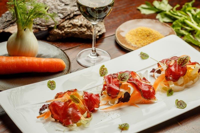 Carpaccio di Cervo marinato alle Erbe con verdure croccanti e cialda di Polenta
